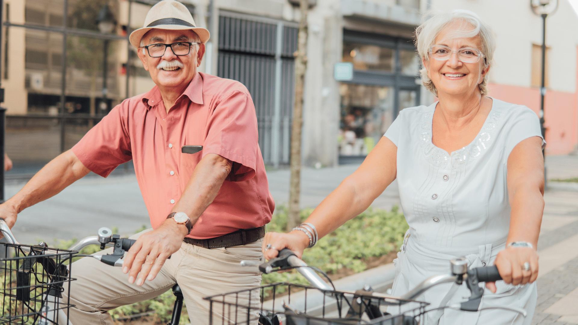 Zwei Senioren fahren Fahrrad